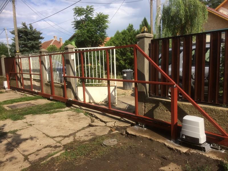 Még áll a kerítés