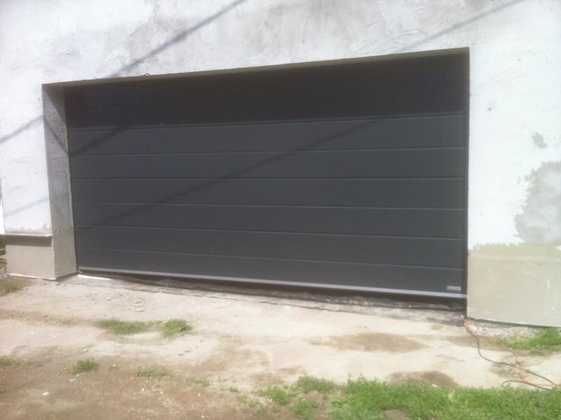 Antracit, szélesbordás szekcionált garázskapu