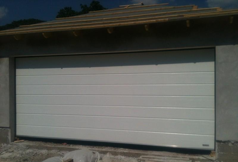 5 m-es, fehér, szélesbordás garázskapu