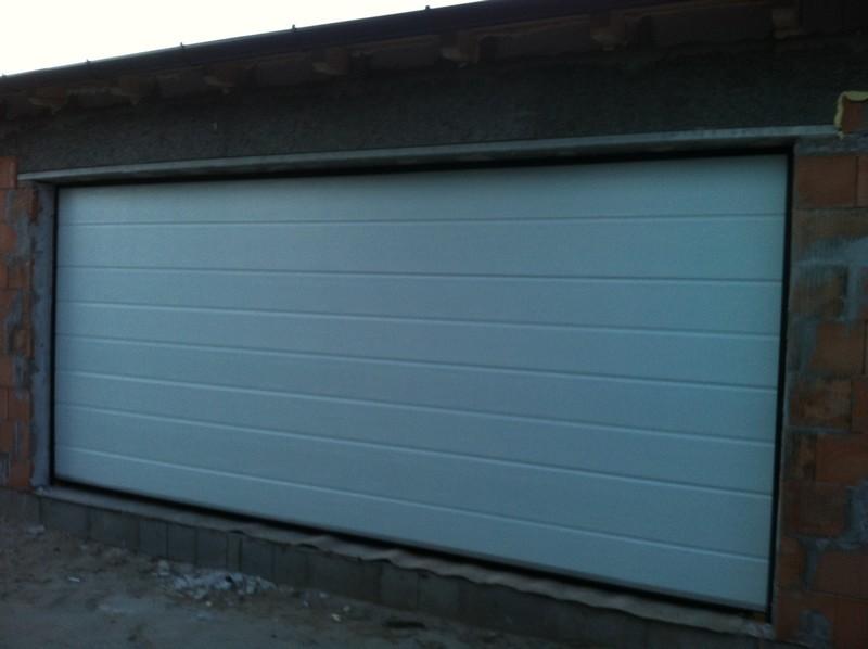 Fehér szélesbordás szekcionált garázskapu